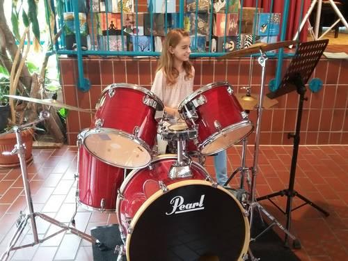Geburtstagskind Amelie Witte am Schlagzeug beim Eröffnungskonzert des Tages der offenen Tür
