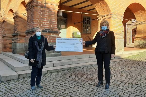 Vor dem Rathaus in Gadebusch trafen Karin Kluge und Landrätin Kerstin Weiss spontan zur Scheckübergabe.