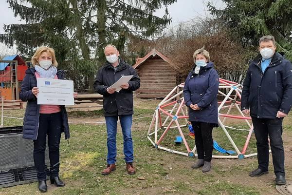 (von links) Landrätin Kerstin Weiss übergab den Förderbescheid in Höhe von 1,8 Millionen Euro an den Bürgermeister der Gemeinde Brüswitz Steffen Meyer, Kita-Leiterin Grit Petersohn und den stellvertretenden Bürgermeister Michael Pagel.