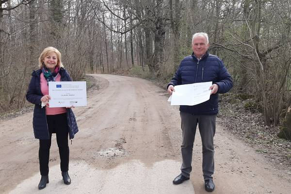 Landrätin Kerstin Weiss übergab den Förderbescheid und die Förderplakette an den Bürgermeister von Kalkhorst Dietrich Neick.