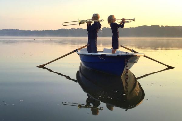 2 Bläser in Boot auf Wasser