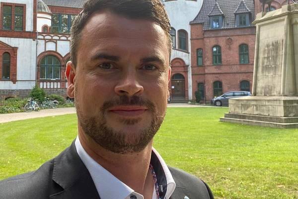 Landrat Tino Schomann vor Schloss Wiligrad