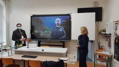 Gabor  Hartung zeige den Anwesenden, wie vielseitig die interaktiven Boards einsetzbar sind.