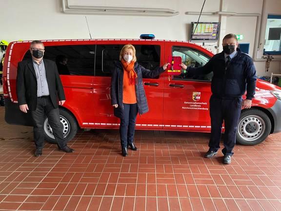 Im Beisein von Gadebuschs Bürgermeister Arne Schlien übergibt Landrätin Kerstin Weiss die Fahrzeugschlüssel an Wehrführer Sebastian Otto.
