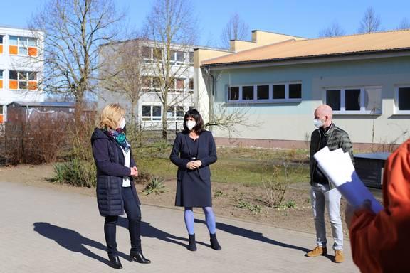 Landrätin Kerstin Weiss, Diakonie-Geschäftsführerin Kirsten Balzer und Impfmanager Tom Brose sprachen vor dem Termin mit der Presse.