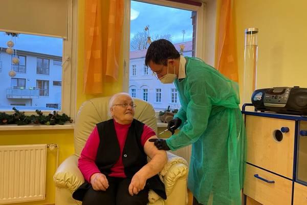 Dr. Fabian Holbe führte die Impfung bei Getrud Brötzmann (88) im Beisein von Landrätin Kerstin Weiss im Seniorenhaus in Kalsow durch.