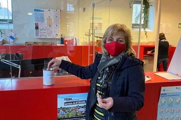 Landrätin Kerstin Weiss spendet auch im Namen des Kreistagspräsidenten für die Sternsinger