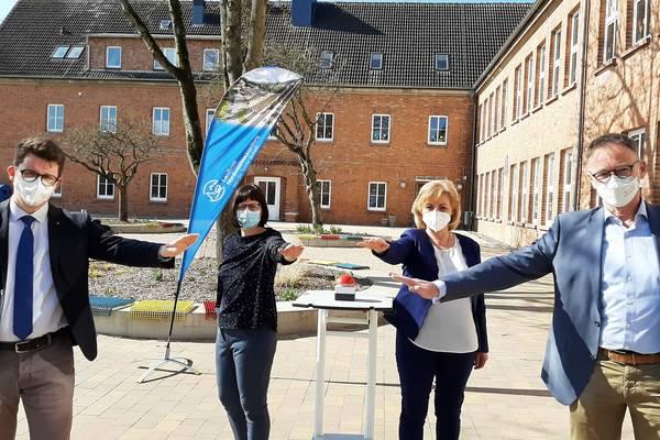 (von links) Bürgermeister Raphael Wardecki, Schulleiterin Dörte Zimmermann, Landrätin Kerstin Weiss und WEMACO-Geschäftsführer Volker Buck bringen symbolisch die Grundschule Boltenhagen ans Netz.