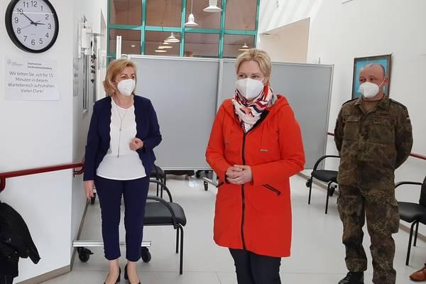 Ministerpräsidentin Manuela Schwesig (mitte) mit Landrätin Kerstin Weiss und Bundeswehrvertreter Rico Gindler beim Rundgang durch das Wismarer Impfzentrum.