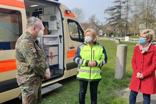 Landrätin Kerstin Weiss (mitte) und Poels Bürgermeisterin Gabriele Richter im Gespräch mit Oliver Krohn vom Verbindungskommando der Bundeswehr für Nordwestmecklenburg.