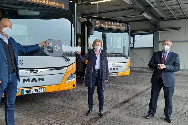 MAN-Kundenbetreuer Oliver Lass (links) übergibt den symbolischen Zündschlüssel an Landrätin Kerstin Weiss und NAHBUS-Geschäftsführer Jörg Lettau