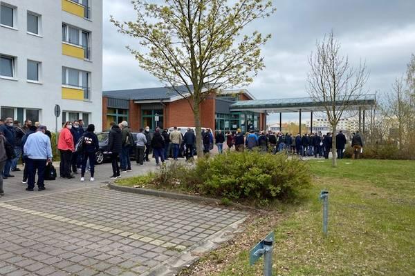 Diszipliniert warteten die Kameradinnen und Kameraden der Feuerwehren am 1. Mai auf ihre Impfungen.