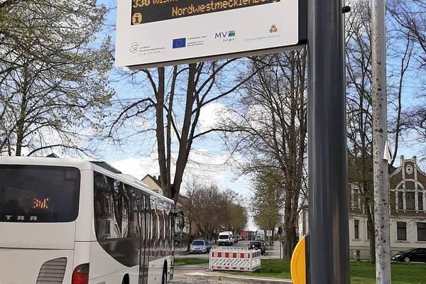51 der Anzeigetafeln sollen installiert werden. Nach Grevesmühlen wird der ZOB Wismar Ende Mai einer der nächsten Punkte sein.