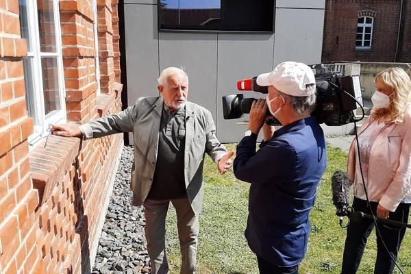 Designer Erich John entdeckte bei den Dreharbeiten mit Schulleiterin Roswitha Wenzlaff (links) noch einige der von ihm eingebauten Fenster.