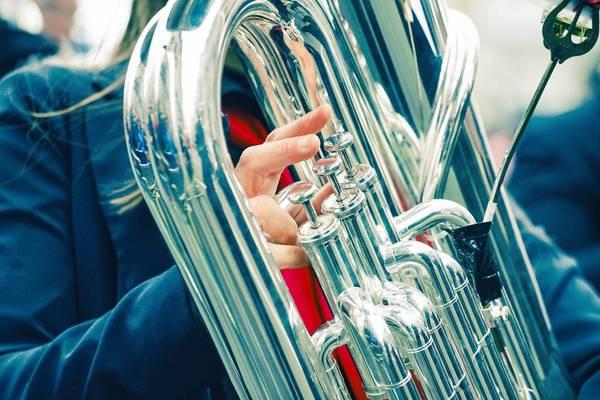 Blechinstrument gespielt in Nahaufnahme im Freien