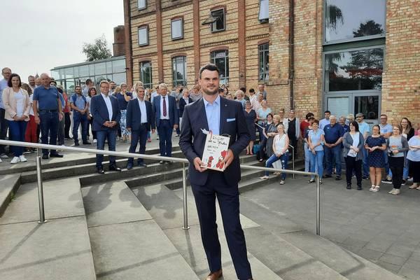 Landrat Tino Schomann wurde von Kreistagspräsident Thomas Grote und den 1. und 2. Beigeordneten und Stellvertretern des Landrates Mathias Diederich und Ingo Funk  sowie den Mitarbeiterinnen und Mitarbeitern der Malzfabrik begrüßt.