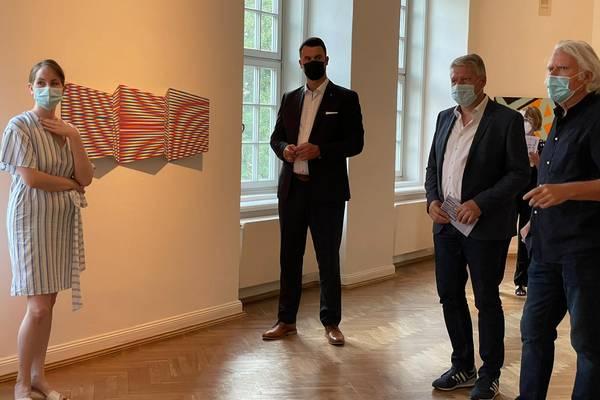 Landrat Tino Schomann und Kreistagspräsident Thomas Grote mit den Kuratoren der Ausstellung Juliane Rogge und Ivo Ringe