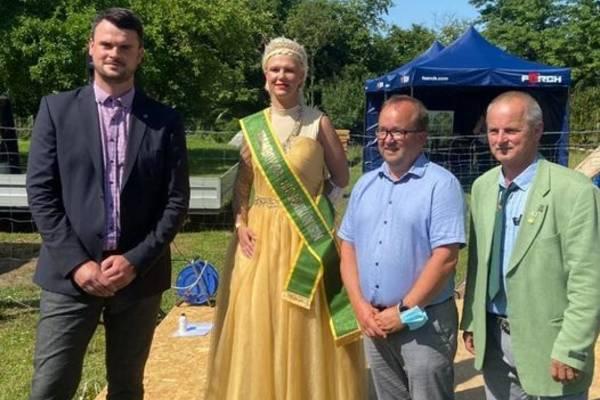 Landrat Tino Schomann mit der Bienenkönigin Luisa der Ersten,  Bürgermeister Sven Baltruusch und Detlef Bolte vom Imkerverein.