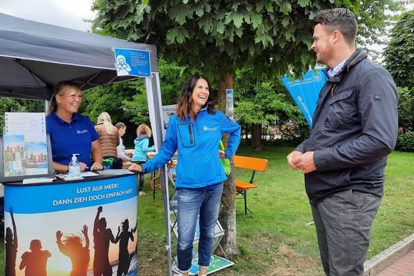 Gut gelaunt begrüßten die WSC-Mitarbeiterinnen Susann Malchow und Anne-Juliane Bunkelmann Landrat Tino Schomann am Stand in Boltenhagen.