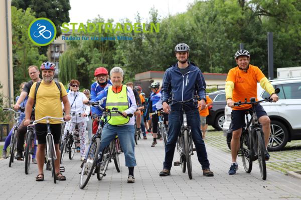 Von der Kreisverwaltung in Wismar starteten 35 Radlerinnen und Radler zur vom ADFC geführten Auftakttour