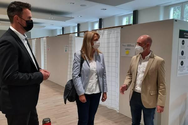 von links: Landrat Tino Schomann, Staatssekretärin Frauke Hlgemann, Impfmanager Tom Brose