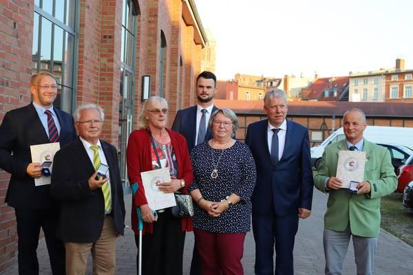 Bild mit den Geehrten, von links: André Schliemann, Dr. Gerhard Schotte, Gunda Lemcke, Landrat Tino Schomann, Heidrun Lange, Kreistagspräsident Thomas Grote, Detlef Bolte