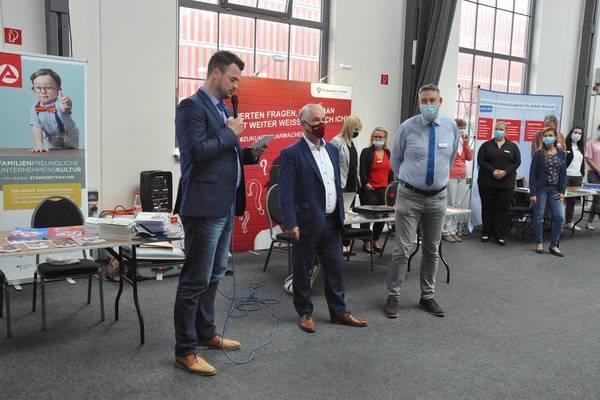 Gemeinsam mit Jobcenter-Geschäftsführer Martin Greiner und Wismars Bürgermeister Thomas Beyer eröffnete Landrat Tino Schomann die Messe.