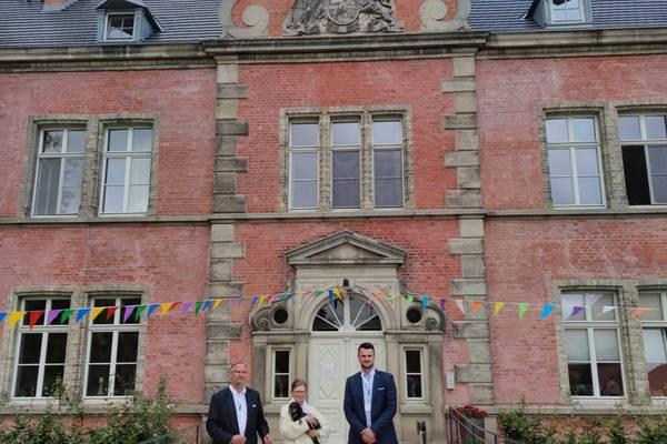 Landrat Tino Schomann mit Hospiz-Gründer Wolfgang Röhr und Hausleiterin Bettina Krebs.