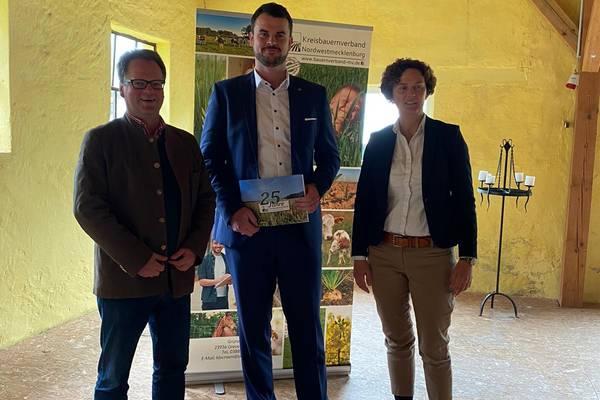 Landrat Tino Schomann mit dem Vorsitzenden des Kreisbauernverbandes Daniel Bohl und Verbands-Geschäftsführerin Petra Böttcher.
